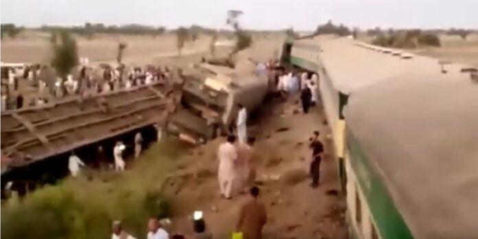 Tangkapan layar di YouTube memperlihatkan para penumpang dua kereta yang terlibat tabrakan di Pakistan bergegas keluar menyelamatkan diri.(SCREENGRAB YouTube via RT)
