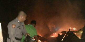 Petugas kepolisian bersama warga saat berjibaku memadamkan api kebakaran rumah di Desa Sikakak, Kecamatan Cerenti, Kabupaten Kuansing, Riau, Minggu (20/6/2021) dini hari.(Dok. Polda Riau)