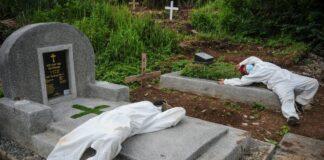 ilustrasi petugas pemakaman kelelahan. foto: KC/antara