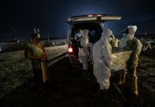 Suasana pemakaman jenazah Covid-19 di TPU Rorotan, Jakarta Utara, Kamis (24/6/2021). Meningkatnya kasus kematian Covid-19 mengakibatkan kesibukan pemakaman di TPU Rorotan hingga malam hari. Sedikitnya 79 orang dimakamkam hari ini. Foto: KOMPAS.com
