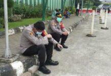 Wakapolres Jakarta Selatan AKBP Antonius Agus Rahmanto (kiri) tak kuasa menahan tangis saat warga Jagakarsa, Budi (59) yang ditolongnya meninggal dunia di Rumah Sakit Umum Daerah Pasar Minggu, Jakarta Selatan pada (25/6/2021). Budi sebelumnya terlambat ditangani dalam kondisi kritis.(Dok. Polres Metro Jakarta Selatan)