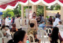 Walikota Batam Rudi meninjau vaksinasi massal yang berlangsung di Lapangan Basket Mitra Raya, Rabu (23/06/2021)