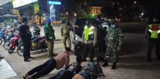 Tim kecamatan melakukan pengawasan prokes di Sei Beduk, Sabtu (05/06/2021)