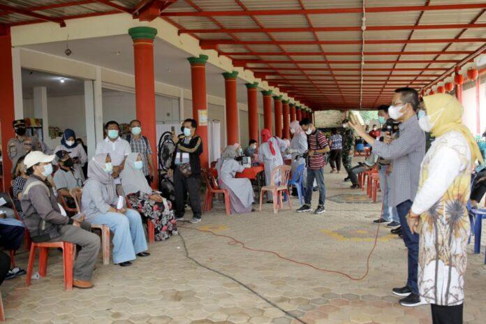Amsakar Achmad memantau pelaksanaan vaksinasi wilayah Sekupang yang digelar di area Vihara Samudra Dharma, Tiban Mentarau, Sabtu (19/6/2021).