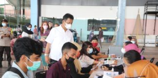 Wali Kota Batam, Muhammad Rudi melihat pelaksanaan vaksinasi massal