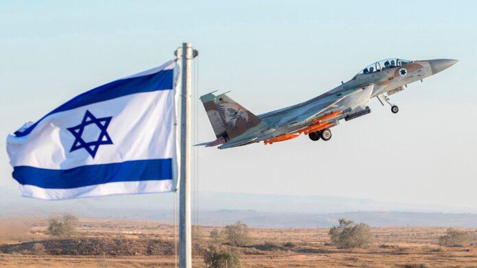 Sebuah pesawat tempur F-15 Eagle Angkatan Udara Israel tampil di pertunjukan udara di dekat kota Beer Sheva di Israel selatan pada 29 Juni 2017. (Jack Guez/AFP via Getty Images) (JACK GUEZ/AFP via Getty Images)