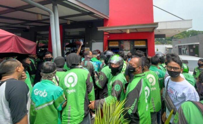 Salah satu foto kerumunan yang terjadi saat promo BTS Meal/ Foto: gerai McDonald's, Jalan Sisingamangaraja (Liputan6)