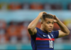 Reaksi penyerang Prancis Kylian Mbappesetelah gagal dalam adu penalti lawan Swiss di Babak 16 Besar EURO 2020. Dia satu-satunya eksekutor Prancis yang gagal menjalankan tugas. (Foto: Uefa.com)