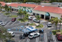 Sejumlah petugas polisi berada di lokasi penembakan di Florida Publix yang menewaskan tiga orang, termasuk seorang anak berusia satu tahun. Pelaku penembakan juga tewas bunuh diri. (Foto dari USA Today)