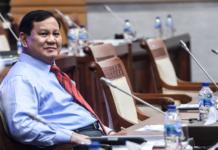 Menhan Prabowo Subianto bersiap mengikuti rapat kerja dengan Komisi I DPR di Kompleks Parlemen, Senayan, Jakarta, Rabu (2/6/2021). Rapat tersebut beragendakan pembahasan anggaran dan rencana pembelian alat utama sistem persenjataan atau alutsista yang menelan anggaran hingga Rp1.750 triliun. (Foto: ANTARA/Muhammad Adimaja via RRI).