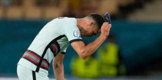 Kapten Portugal Cristiano Ronaldo membanting ban kapten usai disingkirkan Belgia di babak 16 Besar Euro 2020 oleh gol tunggal Thorgan Hazard. (Foto: Uefa.com)
