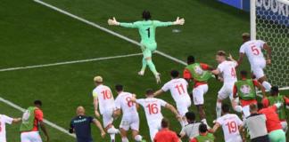 Para pemain Swiss berhamburan mengejar kiper Yann Sommer setelah dia berhasil menahan tendangan penalti Kylian Mbappe untuk meloloskan mereka ke perempatfinal EURO 2020. (Foto: Uefa.com)