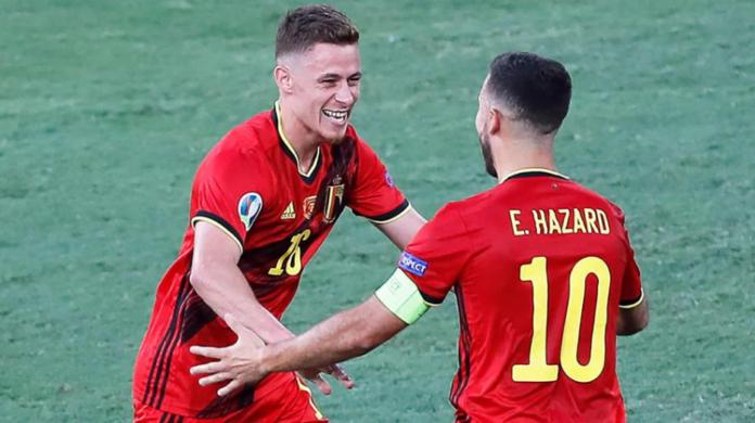 Thorgan Hazard (kiri) merayakan golnya bersama saudaranya, Eden Hazard. (POOL/AFP via Getty Images)