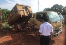 Truk sampah tak layak jalan diparkir di TPA Punggur, Batam. Dari puluhan unit yang dilaporkan Dinas Lingkungan Hidup (DLH) Batam, Dewan hanya mendapati 12 unit, sisanya sebanyak 58 unit sejauh ini dianggap hilang. (Foto: Suryakepri.com/Fernando)