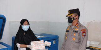 Kapolres Karimun AKBP Muhammad Adenan memantau langsung proses pengamanan kedatangan 2000 dosis vaksin Covid-19 merek Sinovac, Rabu (2/6/2021). Foto Suryakepri.com/DOK HUMAS POLRES KARIMUN