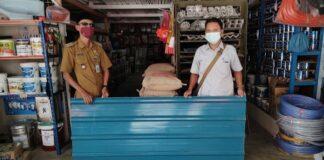 PT Timah Tbk memberikan bantuan berupa material bangunan untuk membangun kembali rumah Hamidah di Tanjung Berlian, Kundur Utara yang hangus terbakar beberapa bulan lalu. Foto Suryakepri.com/DOK PT Timah Tbk