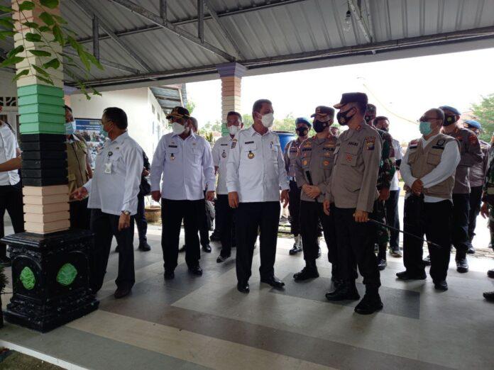 Gubernur Kepri Ansar Ahmad saat meninjau pusat karantina terpadu pasien Covid-19 di gedung SMPN 2 Binaan Karimun, Rabu (9/6/2021). Foto Suryakepri.com/YAHYA