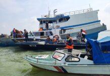 Petugas gabungan menyetop sebuah kapal mengangkut muatan semen dari Kabil, Batam. Foto Suryakepri.com/Dok Satpolairud Polres Karimun