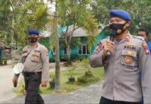 Kasatpolairud Polres Karimun Iptu Binsar Samosir menggunakan pengeras suara mengajak masyarakat Desa Tulang untuk mengikuti vaksinasi Covid-19, Jumat (11/6/2021). Foto Suryakepri.com/YAHYA