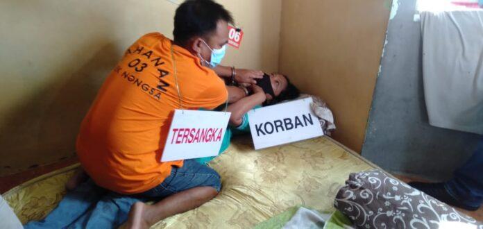 Rekonstruksi kasus suami bunuh istri digelar di RT 03/RW 17, Anthorium Bida Kabil, Kelurahan Kabil, Kecamatan Nongsa, Senin (14/6/2021) siang.