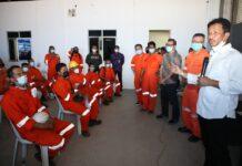 Wali Kota Batam, Muhammad Rudi, saat melihat proses vaksinasi di perusahaan galang