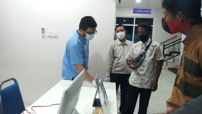 Warga saat mendatangi klinik Medic Center, Jumat (18/6/2021) malam. Foto Suryakepri.com/YAHYA
