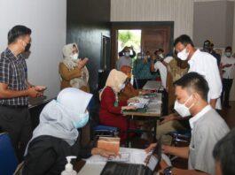Wali Kota Batam, Muhammad Rudi sedang meninjau vaksinasi