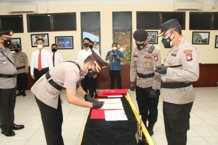 Kompol Daniel Ganjar Kristanto resmi menjabat Kapolsek Batuaji saat Serah terima jabatan (Sertijab), mengantikan AKBP Jun Chaidir yang digelar di Aula Aninditha Lt. II Mapolresta Barelang, Jumat (25/06/2021).