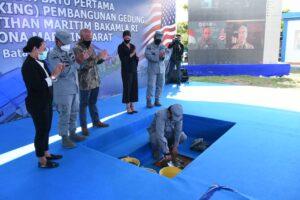 prosesi peletakan batu sebagai simbolis pembangunan fasilitas pelatihan yang dilaksanakan di Pangkalan Armada Bakamla, Jembatan II Barelang, Batam, Kepulauan Riau, Jumat (25/6/2021).