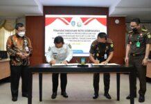 Gubernur Kepulauan Riau Ansar Ahmad bersama Kepala Kejaksaan Tinggi Negri (Kejati) Provinsi Kepri Hari Setiono menandatangani nota kesepakatan Tentang Pengawasan Terpadu Pengelolaan Dana Desa tingkat Provinsi Kepri,Kamis (17/6).