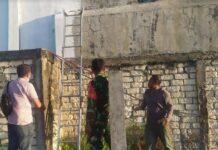 Petugas kepolisian Polsek Jenu saat olah TKP kejadian pria tewas tersetrum listrik di Desa Purworejo, Kecamatan Jenu, Tuban, Rabu (16/6/2021).