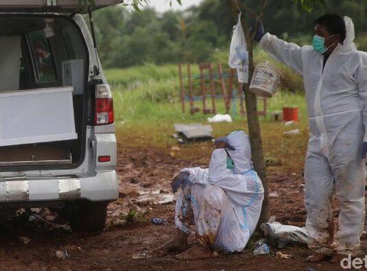 Angka kematian meningkat, dalam sehari, 21 Jenazah dimakamkan di TPU Pedurenan Bekasi. Tukang gali kubur merana. foto: detik.com