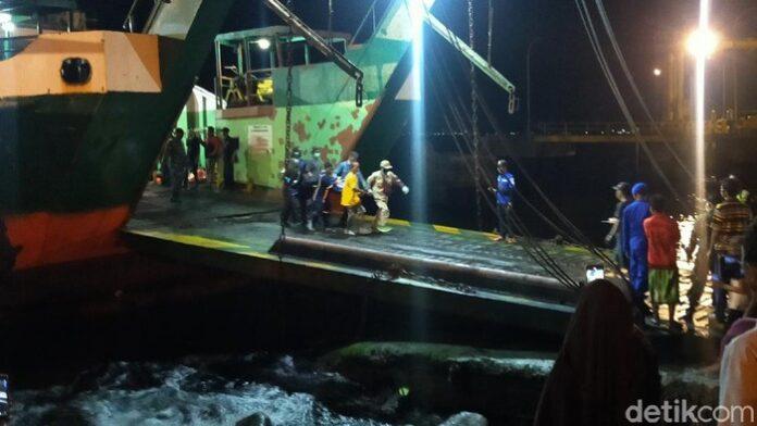 Evakuasi korban dari KMP Yunicee yang tenggelam/Foto:detikcom