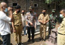 Wali Kota Gibran saat meninjau lokasi nisan makam yang dirusak di Solo. (Foto: Dok. Pemkot Solo)