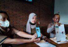 Seorang guru honorer di Kabupaten Semarang Afifah Muflihati (27) bersama kuasa hukum saat konfrensi pers, Kamis (3/6/2021).(KOMPAS.com/istimewa)