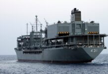Kharg, kapal terbesar di angkatan laut Iran, terbakar dan kemudian tenggelam di Teluk Oman, Rabu (2/6/2021), dalam keadaan yang tidak jelas. Ini dilaporkan oleh kantor berita semi resmi Fars dan Tasnim. Upaya untuk menyelamatkan kapal ini gagal dan akhirnya tenggelam. Kapal pendukung Kharg, yang dinamai berdasarkan pulau yang berfungsi sebagai terminal minyak utama untuk Iran. (Foto: Hossein Zohrevand/AFP via Getty Images)