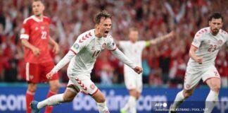 Pemain depan Denmark Mikkel Damsgaard merayakan setelah mencetak gol pertama timnya selama pertandingan sepak bola Grup B UEFA EURO 2020 antara Rusia dan Denmark di Stadion Parken di Kopenhagen pada 21 Juni 2021. (Jonathan NACKSTRAND / POOL / AFP)