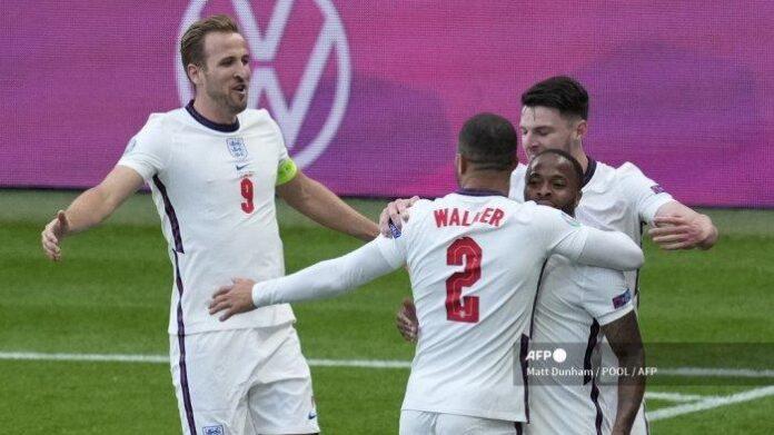 Pemain depan Inggris Raheem Sterling (kanan) merayakan mencetak gol pembuka dengan rekan satu timnya selama pertandingan sepak bola Grup D UEFA EURO 2020