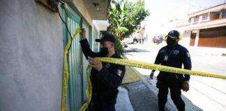 Polisi memasang garis polisi di kediaman pelaku pembunuh berantai di Meksiko (Foto: AP Photo/Fernando Llano) Awal Mula Penangkapan Pelaku