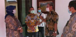 Kepala PT Surabaya Herri Swantoro (pegang buku) di PN Malang/Foto: ist