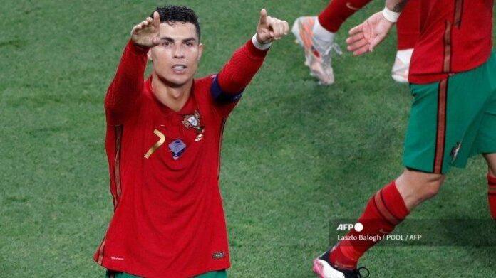 Penyerang Portugal Cristiano Ronaldo merayakan mencetak gol pembuka dari titik penalti pada pertandingan sepak bola Grup F UEFA EURO 2020 antara Portugal dan Prancis di Puskas Arena di Budapest pada 23 Juni 2021. Laszlo Balogh / POOL / AFP (Laszlo Balogh / POOL / AFP) Artikel ini telah tayang di Tribunnews.com dengan judul Hasil Euro 2020 Tadi Malam: Selamatkan Nasib Portugal, Cristiano Ronaldo Panen Rekor Pribadi, https://www.tribunnews.com/superskor/2021/06/24/hasil-euro-2020-tadi-malam-selamatkan-nasib-portugal-cristiano-ronaldo-panen-rekor-pribadi?page=3. Penulis: Dwi Setiawan Editor: Arif Tio Buqi Abdulah