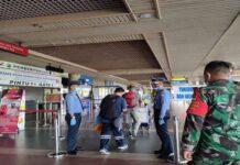 Foto pemeriksaan kelengkpan syarat penerbangan di bandara hang nadim