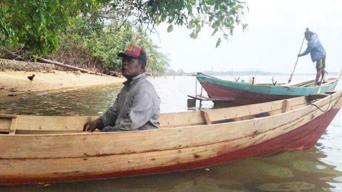 Foto Atan, seorang suku Komunitas Adat Terpencil (KAT) di Pulau Lipan, Desa Penuba, Kabupaten Lingga sedang berlabuh di Pantai untuk menjajakan sampan buatannya