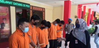 Foto Polisi mengamankan sejumlah mahasiswa yang memalsukan sertifikat vaksin dan menjualnya