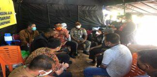 Foto Suasana perwakilan masyarakat Bintan berdialog dengan perwakilan Pemko Tanjungpinang di posko penyekatan PPKM Darurat di Perbatasan Tanjungpinang-Bintan, Kamis (15/7/2021)