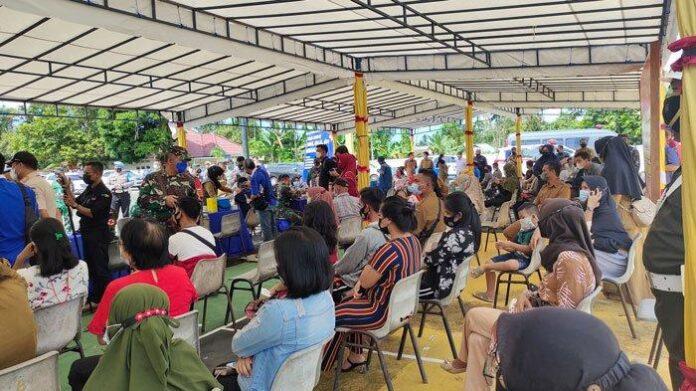 Foto. Vaksinasi Covid-19 di Lingga Belum Capai Target 50 Persen hingga Akhir Juni 2021. Foto vaksinasi massal di halaman Gedung Nasional Dabo Singkep, Kabupaten Lingga, Selasa (15/6/2021) lalu