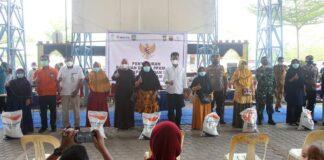 Penyaluran bantuan beras Pemberlakuan Pembatasan Kegiatan Masyarakat (PPKM) terus dilakukan. Kecamatan Sagulung menjadi kecamatan ke delapan yang menjadi lokasi penyaluran bantuan tersebut, Selasa (27/7/2021).