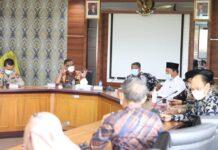 Foto Pemko Batam menggelar rapat bersama MUI Kota Batam, Kementerian Agama Kota Batam, tokoh agama, pengelola rumah sakit dan sejumlah instansi terkait lainnya.Kamis (29/7/2021).