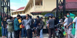 Warga Tanjungpinang berbondong-bondong serbu kegiatan vaksinasi yang diselenggarakan Lantamal IV Tanjungpinang, di Kampus Politeknik Kesehatan Kemenkes Tanjungpinang. Foto : Adi
