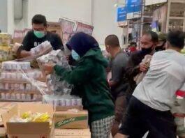 Unggahan viral video saat pembeli berebut susu beruang di salah satu pusat perbelanjaan. (screenshoot)